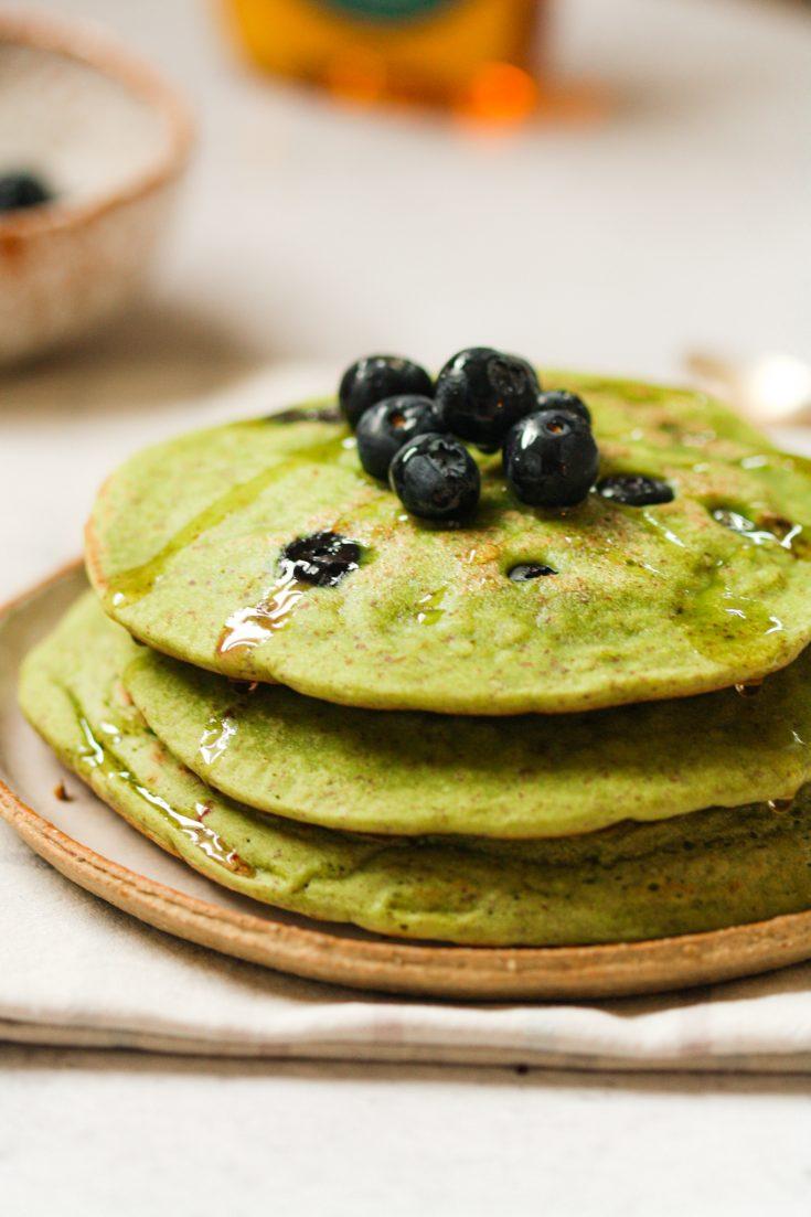 Pancakes Végan au thé Matcha et Myrtilles